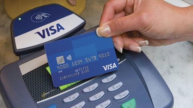 Bạn có thể rút tiền mặt từ thẻ tín dụng thông qua tổng đài tại ngân hàng mở thẻ
