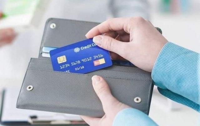 Nếu bạn đang có nhu cầu cần gấp tiền mặt mà trong tay chỉ có thẻ tín dụng, bạn có thể rút tiền thẻ tín dụng để tiêu dùng.
