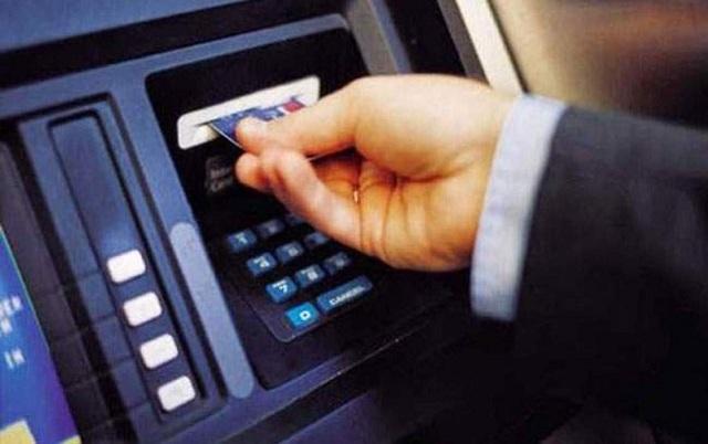 Rút tiền mặt từ thẻ tín dụng qua máy ATM rất tiện lợi về thời gian, nhanh gọn.