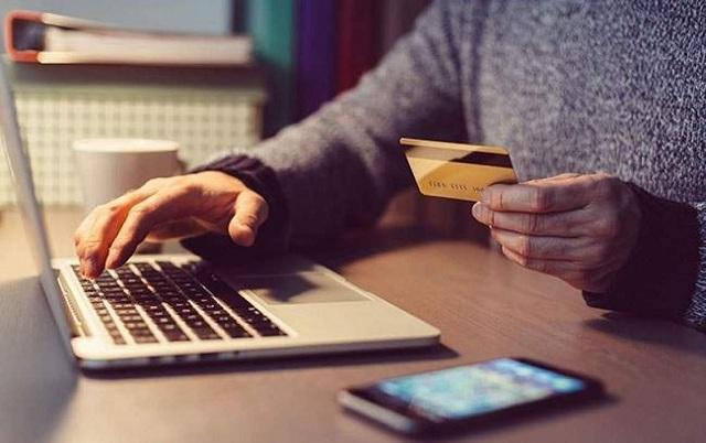 Thẻ Debit Vietcombank được sử dụng rút tiền nhanh chóng, dễ dàng
