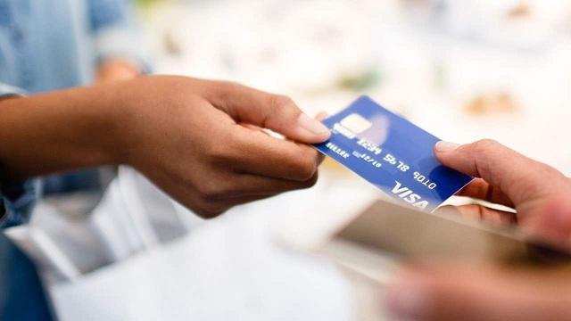 Trong quá trình dùng thẻ Debit, bạn không nên đưa thẻ cho người lạ cầm
