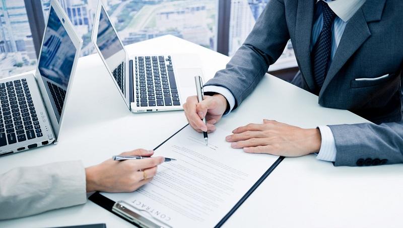 Nên tìm hiểu và làm rõ các điều khoản trước khi ký hợp đồng vay trả góp