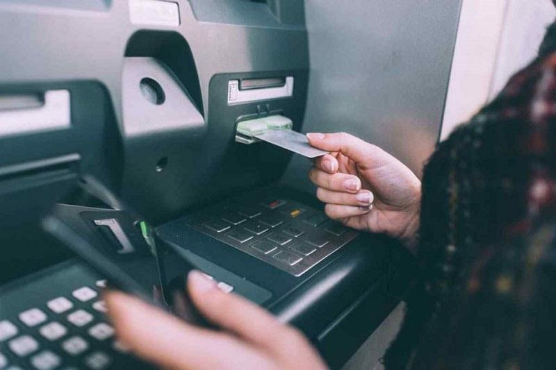 Rút tiền bằng thẻ tín dụng sẽ phải trả thêm lãi suất