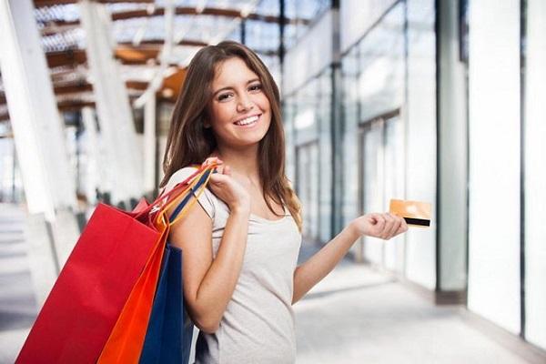 Thẻ tín dụng cho phép mua sắm thuận lợi khi đi du lịch