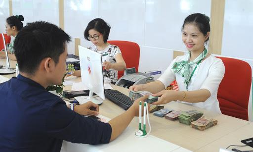 Giao dịch viên ngân hàng tiếp nhận nhu cầu khách hàng