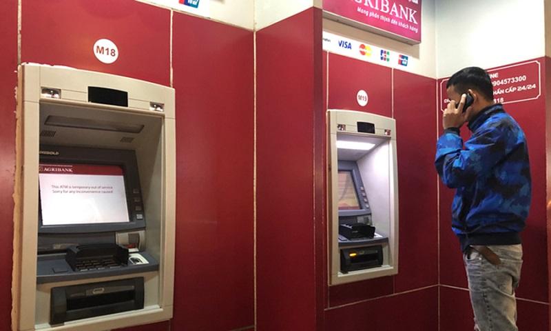 Liên hệ với hotline ghi trong buồng ATM để báo sự cố khi bị nuốt thẻ ATM