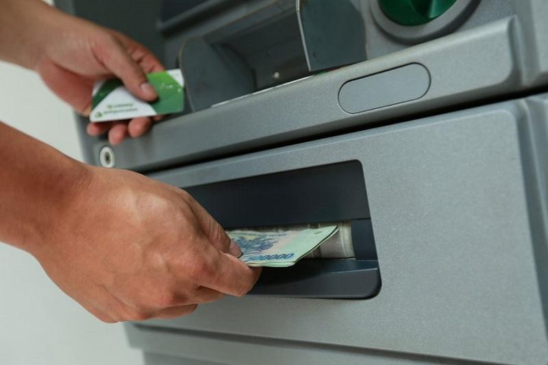 Nên chọn rút tiền ở các cây ATM cùng ngân hàng để tránh bị nuốt thẻ
