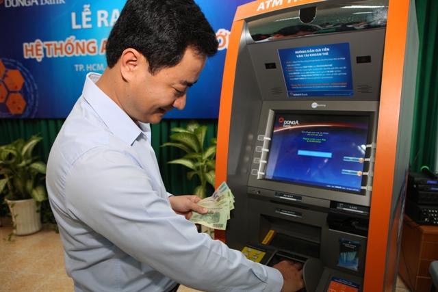 Khách hàng có thể nộp tiền mặt trực tiếp tại ATM của DongA Bank