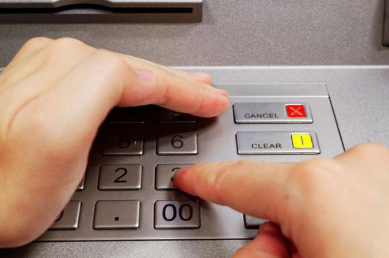 Che bàn phím khi nhập mã pin tại ATM